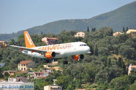 Vliegtuig landt bij Kanoni Corfu